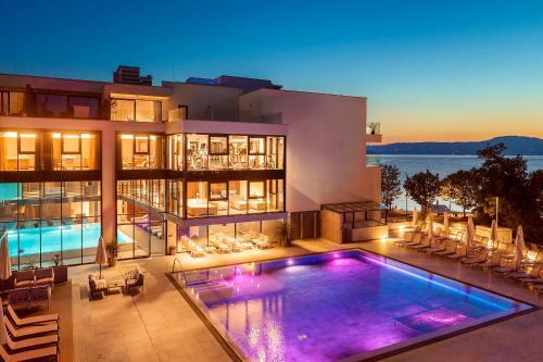 Luxury Hotel Rivaの敷地内または近くにあるプール