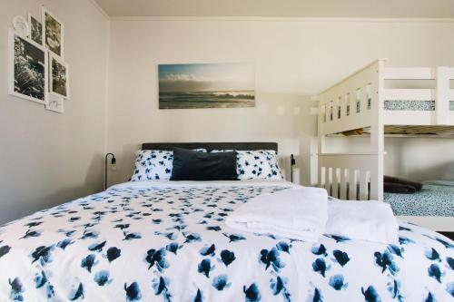 A bed or beds in a room at Ultimate Beach Retreat Aus