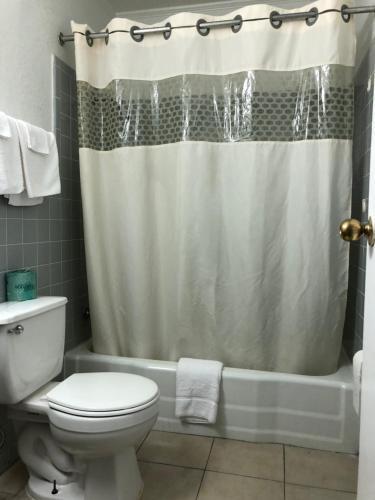 A bathroom at Deluxe Inn