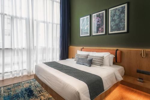 A bed or beds in a room at Macalister Hotel by PHC