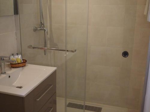 A bathroom at Le Relais du Val d'Orbieu