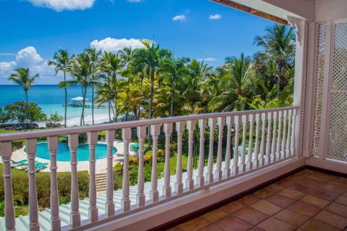 Ein Blick auf den Pool von der Unterkunft Hotel Villa Serena oder aus der Nähe