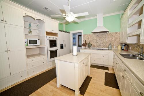A kitchen or kitchenette at Georgianne Inn & Suites
