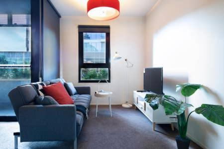 A seating area at Harbour Relaxing Apartment@Docklands