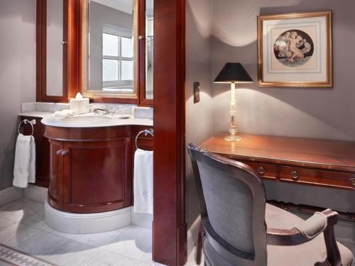 A bathroom at Schlosshotel Berlin by Patrick Hellmann