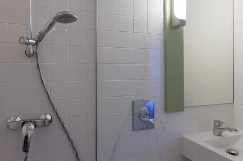A bathroom at Ibis Budget Braga Centro