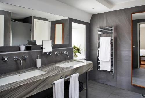 A bathroom at Pavillon REGENT PETITE FRANCE