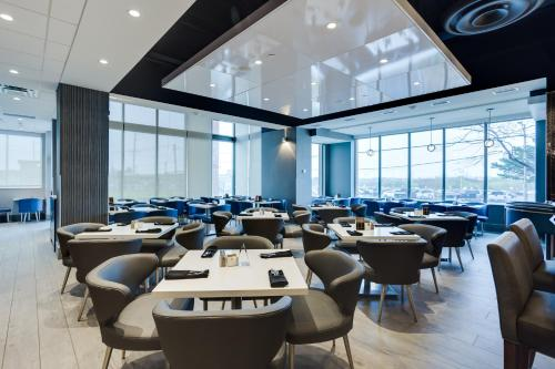 A restaurant or other place to eat at Embassy Suites By Hilton Toronto Airport