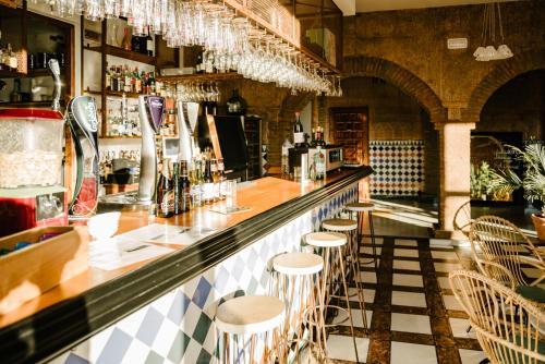 El salón o zona de bar de Hotel Castillo de Monda