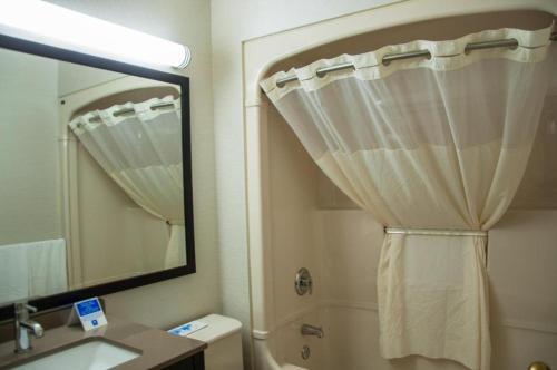 A bathroom at Comfort Inn Levis