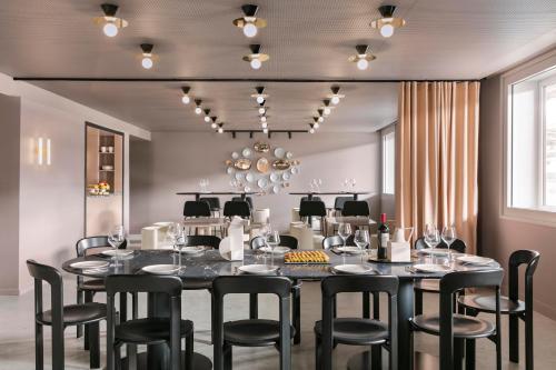 A restaurant or other place to eat at OKKO Hotels Paris Gare de l'Est