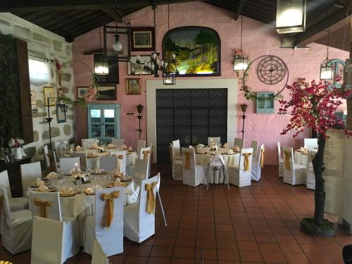 A restaurant or other place to eat at Quinta das raparigas