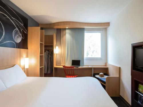 A bed or beds in a room at ibis Paris Meudon Velizy