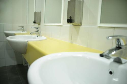 A bathroom at Perth City YHA