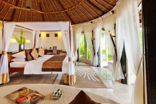 Кровать или кровати в номере Banyan Tree Vabbinfaru