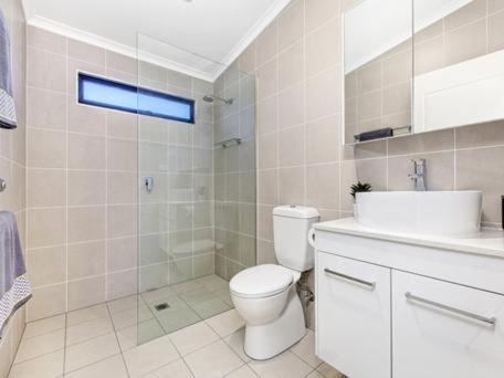 A bathroom at George Bass Motor Inn