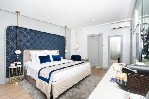 A bed or beds in a room at Vicenza Hotel