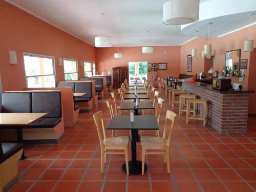 Un restaurant u otro lugar para comer en Las Victorias Apart Hotel