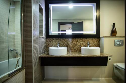 A bathroom at Southern Sun Ikoyi