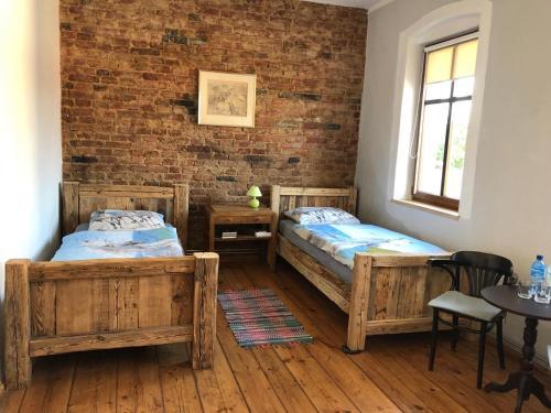 Łóżko lub łóżka w pokoju w obiekcie Stajnia na Warszawskiej
