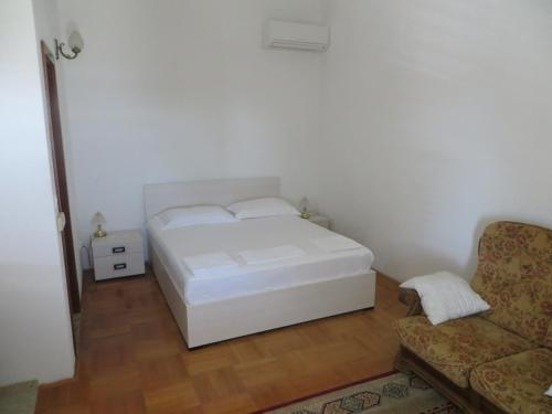 A bed or beds in a room at Apartments and Rooms Rogosic
