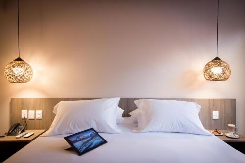 A bed or beds in a room at Hotel Ciudadano Suites