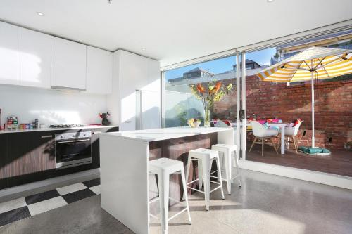A kitchen or kitchenette at StayCentral on Oxford Penthouse