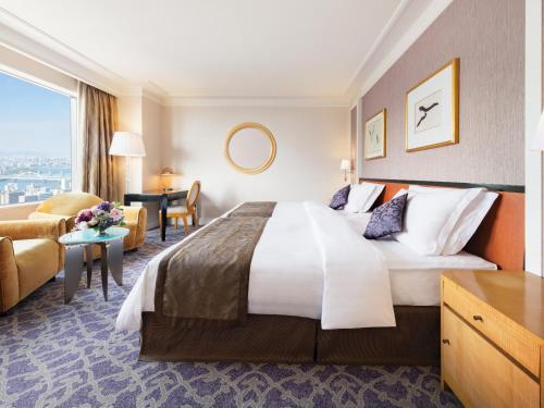 A bed or beds in a room at Hotel Hankyu International