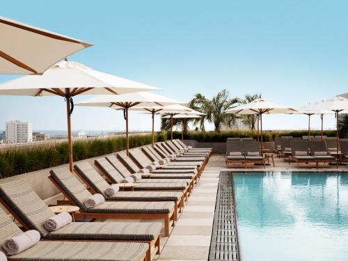 المسبح في Santa Monica Proper Hotel, a Member of Design Hotels أو بالجوار
