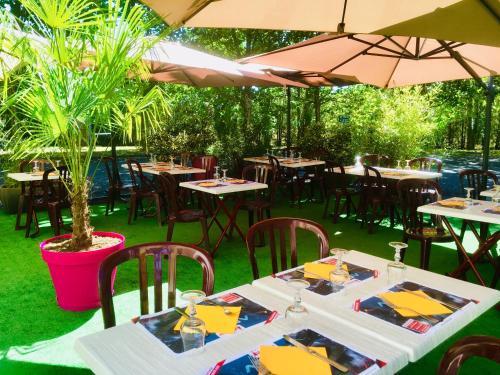 A restaurant or other place to eat at LOGIS Hôtel Le Moulin Des Gardelles