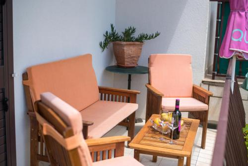 A seating area at Apartments Tabain