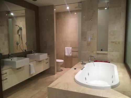 A bathroom at Santai 321 Beachside Studio