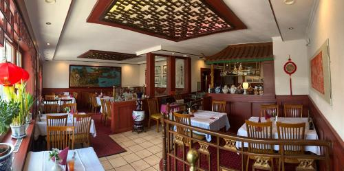 A restaurant or other place to eat at Restaurant & Pension Peking