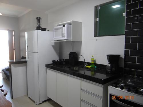 A kitchen or kitchenette at SUÍTES SOL DA MANHÃ