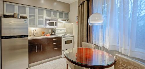 A kitchen or kitchenette at Helm's Inn