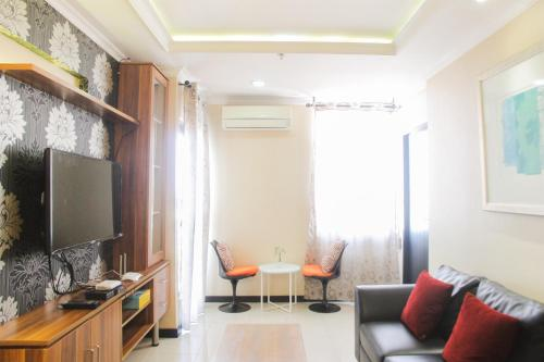 A seating area at Spacious 3BR @ Cervino Village Apartment By Travelio