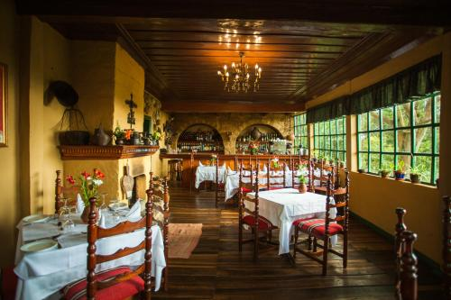 A restaurant or other place to eat at Posada Ingapirca