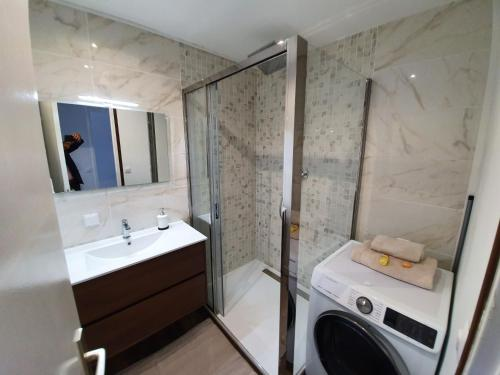 A bathroom at Appartement Prado Marseille Grand Pavois