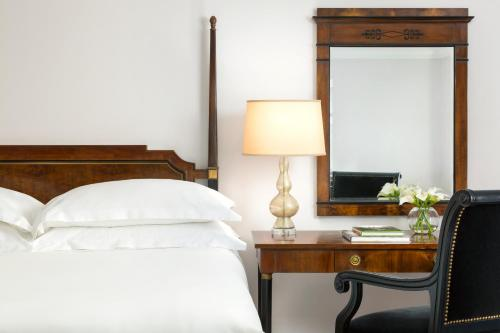 Una cama o camas en una habitación de Michelangelo Hotel