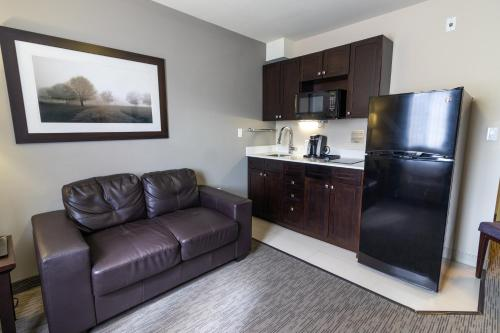 A kitchen or kitchenette at The Kanata by BCMInns Blairmore