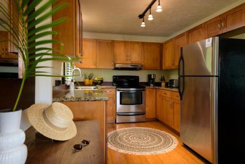 A kitchen or kitchenette at Paia Inn