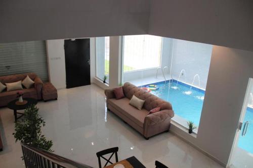 A piscina localizada em Malaz Chalet ou nos arredores