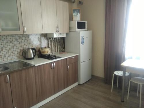Кухня или мини-кухня в Apartment Stroiteley