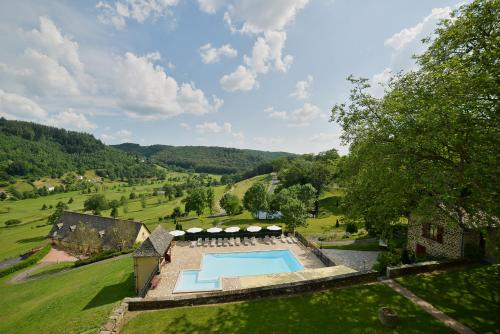 Vue sur la piscine de l'établissement Château de Salles ou sur une piscine à proximité