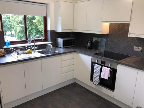 Kuchyň nebo kuchyňský kout v ubytování Carriagehill Court Paisley