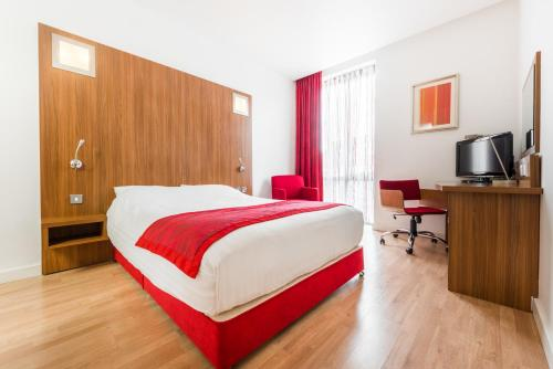 A bed or beds in a room at Ramada Encore Leicester City Centre