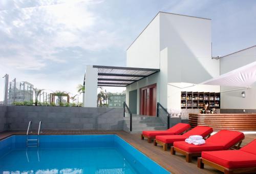 Der Swimmingpool an oder in der Nähe von Radisson Decapolis Miraflores