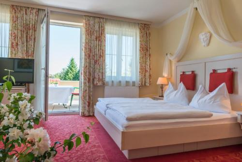 A bed or beds in a room at Hotel Wachau