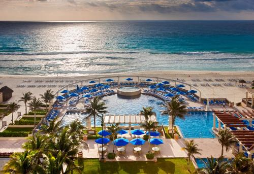 A view of the pool at Marriott Cancun Resort or nearby