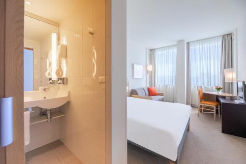 A bathroom at Novotel Budapest Danube